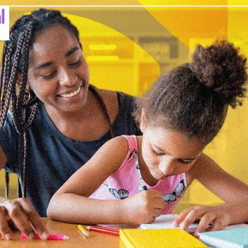 Banner de fundo na cor amarela. A imagem é de uma mãe com a filha estudando